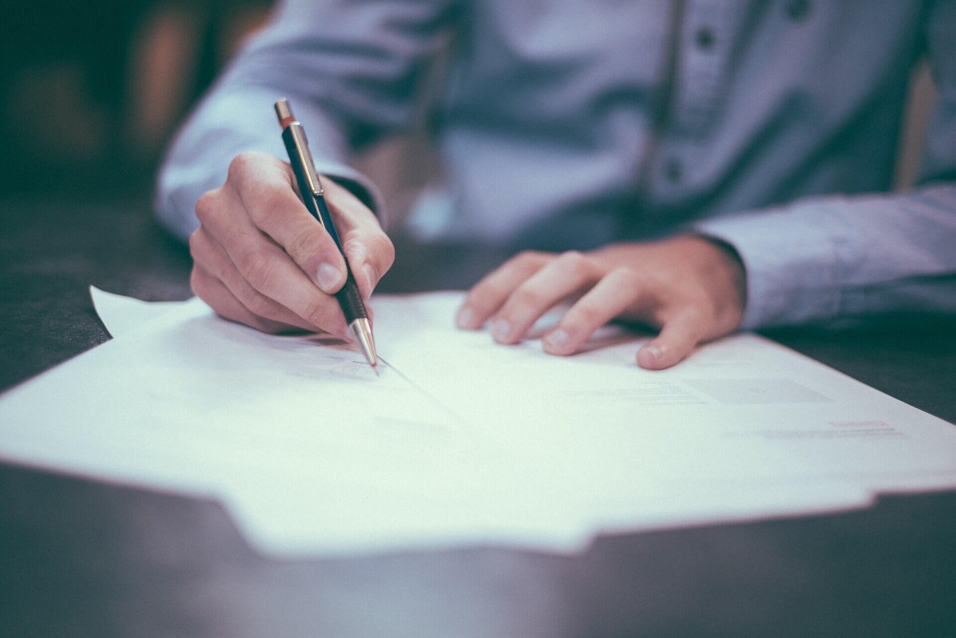Co powinna zawierać umowa najmu? Poradnik dla inwestora