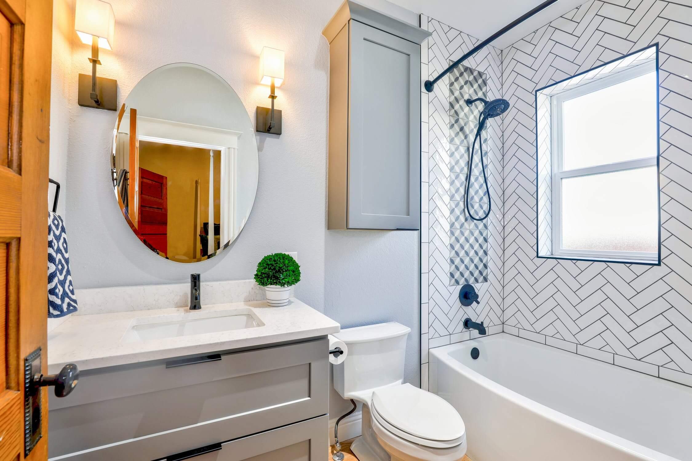Aranżacja małej łazienki – wanna czy prysznic?